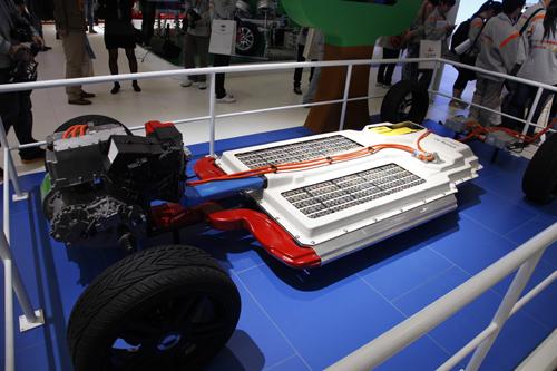 纯电动汽车底盘主要由动力电池