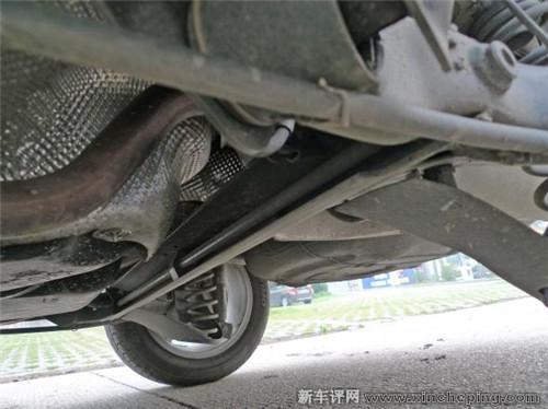 新桑塔纳扭力梁 u 形开口 张 向车头方向,槽口内藏了一条横高清图片
