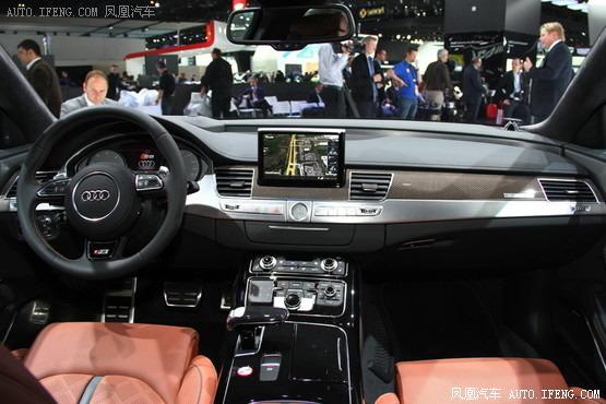 奥迪S8 2015款A8在车辆安全方面的特点包括主动车道保持辅助系统,防二次碰撞辅助系统(在发生碰撞之后会自动刹车来避免更多的碰撞)和平视显示器。另一项重要的升级是汽车的夜视系统,现在除了可以检测到行人,还可以探测到过路的动物了。奥迪还计划为2015款A8配备新的停车辅助系统。