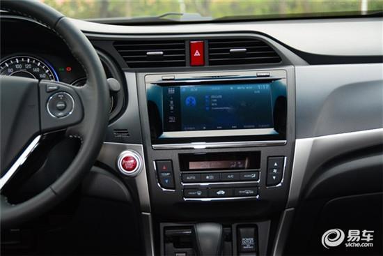 内饰方面,新款凌派的设计与现款车型相比变化并不明显,但其中控台原有的黑色高光装饰板变为了网格式设计。配置方面,新车标配了前/后雾灯、车身稳定控制系统(VSA)、上坡辅助、前排主动式头枕等功能,此外,高配车型还新增了盲点显示系统,该系统可将左右外后视镜摄像头拍摄的车辆盲区显示在中控台液晶屏上,一增加行车安全性。