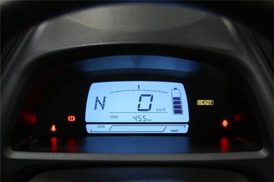 三个按钮控制着档位,方向盘的风格则非常类似与老款的凯美瑞轿车.