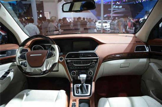 车内采用了浅色搭配,上面为棕色皮革材质,下半为白色。中间辅以木纹装饰。配备了无钥匙进入系统、一键启动、8英寸多媒体带导航液晶屏、定速巡航系统、自动感应雨刮、自动大灯、带转向灯电动折叠后视镜、自动驻车功能、前2后4共6探头感应雷达加倒车影像、防炫目内视镜等配置。