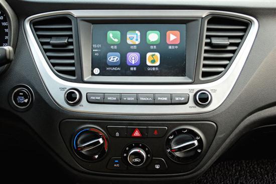 中控大屏幕和CarPlay系统 在智能和互联概念当道的时下,悦纳也较部分竞品更早搭载了苹果CarPlay和百度CarLife智能手机互联系统,不过由于目前任何汽车与移动终端互联系统的安全性能尚未得到可靠保障,所以笔者在不针对悦纳做评论的前提下,认为CarPlay和CarLife的实用性有限。甚至,悦纳在安全配置方面还备有VSM车身稳定控制、胎压监测系统等同级产品中不大多见的配置。