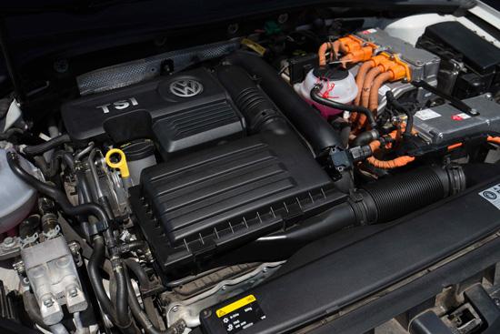 大众进口汽车 Golf GTE动力系统 当然,为Golf GTE永磁同步电动机源源不断提供澎湃能量的锂离子高能蓄电池也是动力系统的一个重要组成部分。其容量为8.7千瓦时,与普通混合动力车型采用的铅酸电池和镍氢电池相比,该电池在相同质量电极材料下能量更高、寿命更长、自放电率更低。另外,其充电速度也非常之快。使用3.