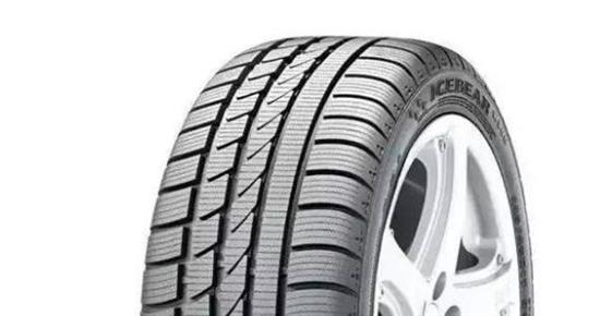 对称花纹 这种花纹的轮胎静音舒适性良好,因为减少了轮胎滚动阻力,所以非常省油,而一般的经济型家轿和城市SUV以及越野型SUV都是使用的这种花型的轮胎。 非对称花纹 这种花纹块要比对称花纹的大,意味着胎面与地面的接触面也就更大。那些运动性能轿车和运动型SUV一般都会选择这种花纹的轮胎。