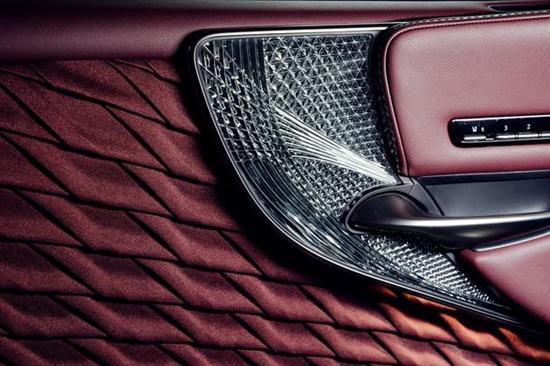 网站首页 评测 正文      鹤羽折布同样是展现雷克萨斯设计理念的一个