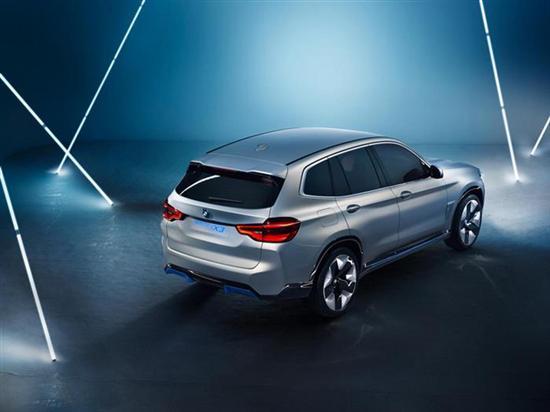 新车将配备第五代电力传动系统,将电动机、变速箱、控制模块都集成到了一起,也大大增加了在日后将核心技术沿用到其他车型的便利性。这也是在技术上为BMW iNext开辟前路,宝马预计在未来将纯电车型的巡航里程提高到700km,插电式混动车型的纯电里程100km。 2系Gran Coupe - 最紧凑后驱四门轿跑