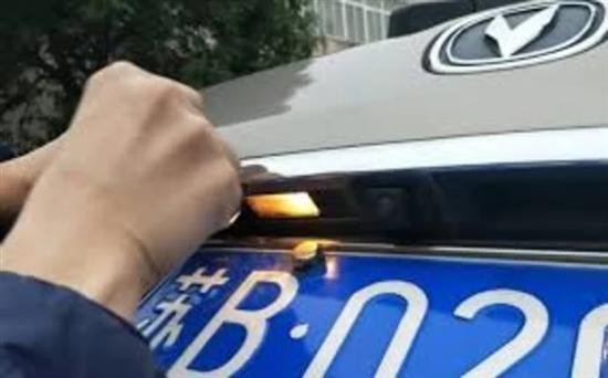 自己名下的车牌可互换 政策:同一车主名下同机动车号牌种类的非营运车辆,可以申请互换机动车号牌,更好满足群众和单位需求,同一机动车一年内可变更一次机动车号码。 适用范围:同一机动车所有人名下;同一登记地; 同一号牌种类;非营运机动车;对于已办理互换的,1年后方可申请再次互换或者申请保留原车号牌号码。