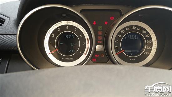 2015年8月20日到四扬4S店做2万公里保养,10月3日中午在高速行驶(2万公里保养后仅行驶600公里左右)一段时间后(大概1.5-2小时左右),汽车首先是胎压气压监测系统故障报警灯闪烁,5-6次后就一直长亮,进服务站进行检测,气压均正常(为2.4),电话联系4S店后被告知不影响使用,建议回贵阳后至4S店进行检测,中途休息约30分钟后继续行驶1小时左右后进入321国道(贵州省从江县境内),车子突然不提速,发动机震动很厉害,方向盘也震动很厉害,踩油门也不提速,便就地熄火,紧急电话联系4S店,4S相关技术