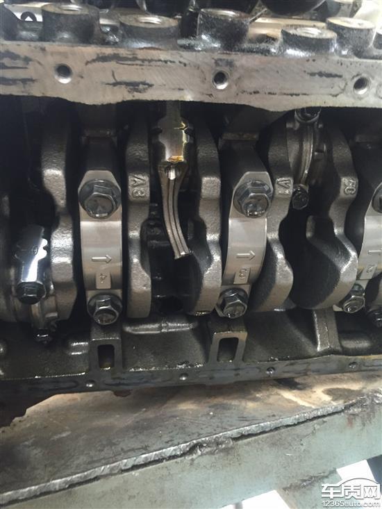 五菱荣光行驶中熄火 发动机连杆断裂
