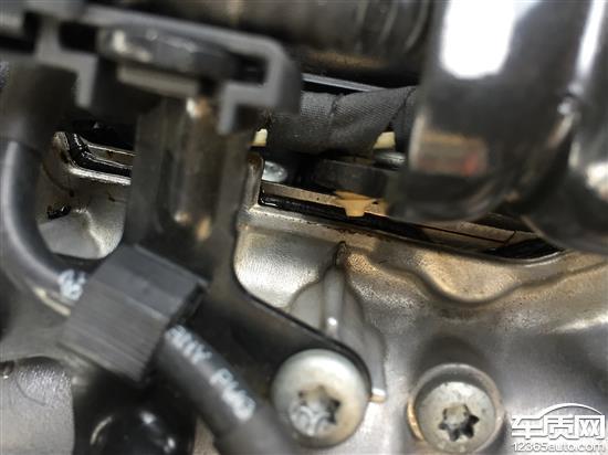 进口奥迪a4发动机出现裂缝漏油图片