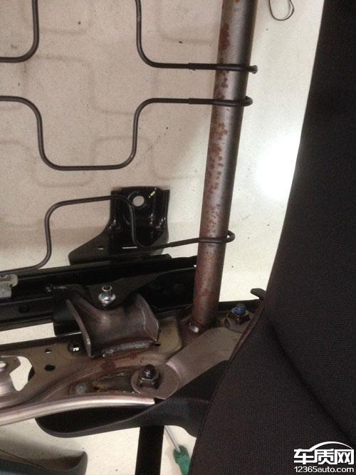 一汽奔腾x80座椅底部金属结构件严重生锈
