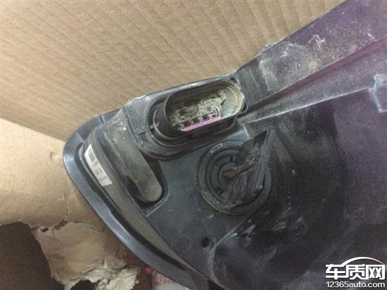绅宝D50大灯总成电源插头烧毁,发现原因是:之前在行驶中大灯外玻璃罩被石子砸了一个洞,由于美观问题去汽配城更换大灯总成,修理工拆开后发现大灯总成插头烧毁,当时我先把原厂大灯拆下放后备箱,新买的灯换上未插电线,去4S店进行理赔,经店里检测线路插头烧毁属于大灯撞击私自换大灯总成造成的,不在理赔范围!