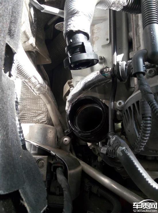 一汽大众迈腾发动机漏油 启动冒黑烟