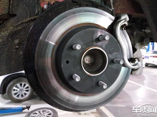 长安马自达昂克赛拉后轮刹车片裂痕高清图片