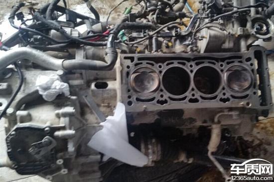 上汽大众帕萨特发动机正时密封盖处漏油
