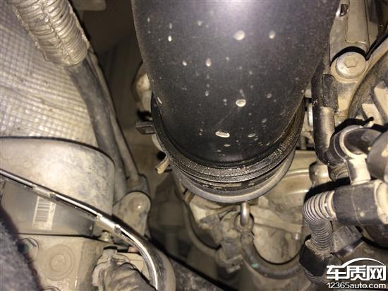 0t迈腾,2014大概4月份出现发动机涡轮增压进气管漏油后去4s店更换后以