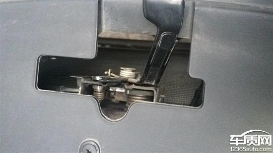 宝骏560冷车发动机异响 引擎盖锁有缺陷高清图片