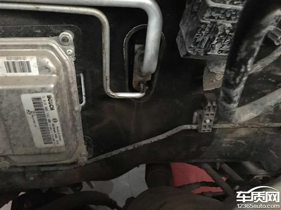 比亚迪速锐发动机舱空调管周围一片油渍