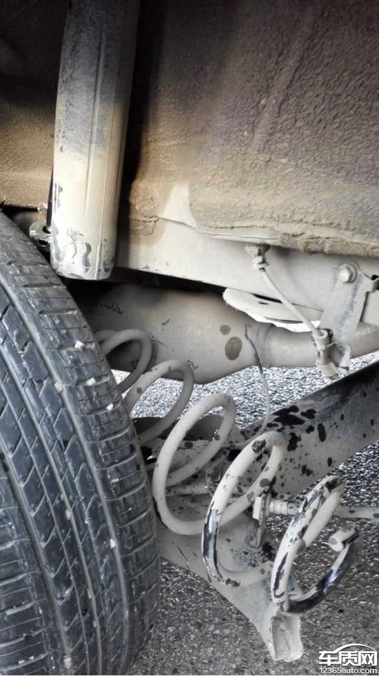 一汽丰田威驰右边后桥焊接的地方断裂高清图片
