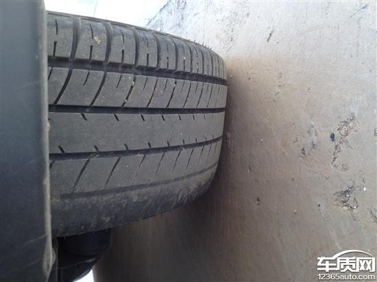 宝骏乐驰前面两个轮胎内侧磨损报废高清图片