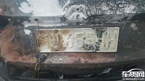 别克英朗新车发动机舱起火 车辆自燃高清图片