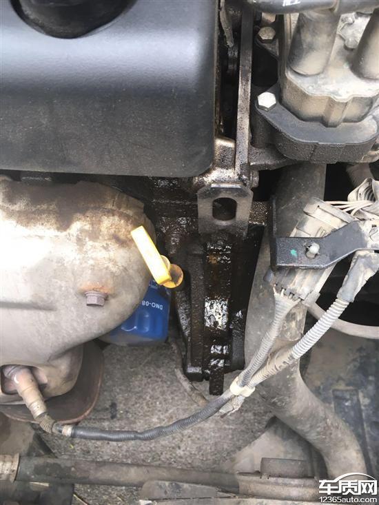 别克凯越发动机气门罩盖漏油高清图片