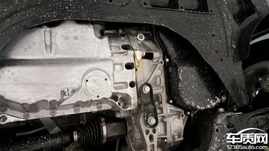 一汽大众速腾发动机与变速箱接合处漏油高清图片