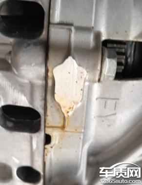 一汽大众速腾发动机与变速箱结合部位漏油高清图片