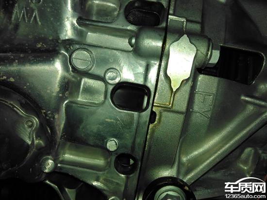 一汽大众速腾发动机与变速箱接缝处漏油高清图片