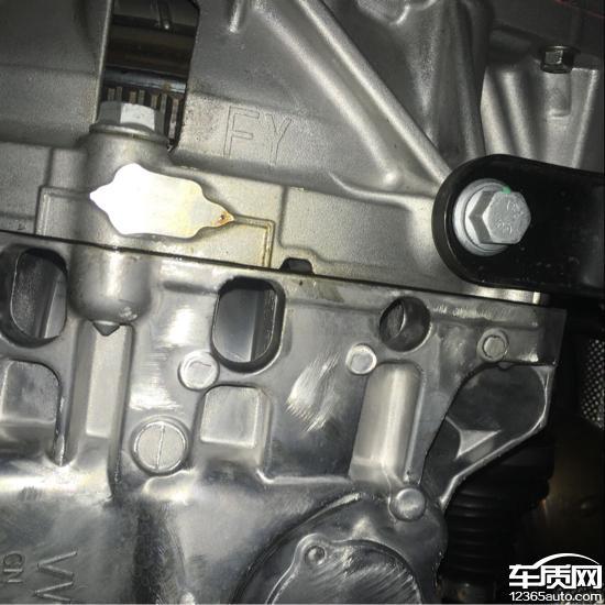 一汽大众速腾发动机变速箱连接处漏油高清图片
