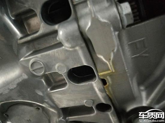 一汽大众速腾发动机与变速箱的连接处漏油高清图片