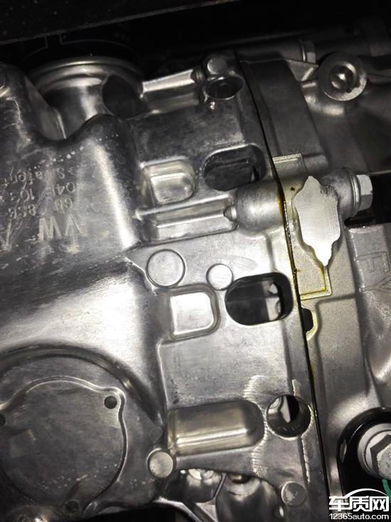 一汽大众速腾发动机与变速箱连接处漏油高清图片