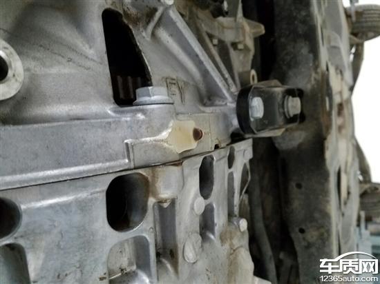 一汽大众速腾发动机和变速箱结合处漏油高清图片