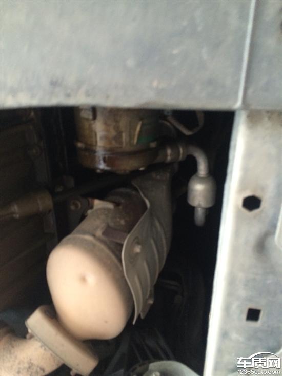 雪佛兰科鲁兹发动机防冻液里有机油渗入高清图片