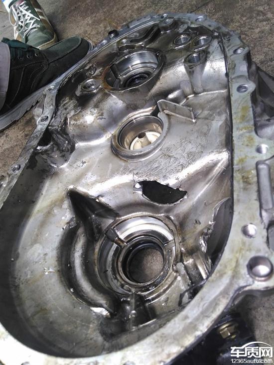 长安逸动变速箱配件脱落导致外壳被击穿