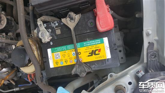 别克凯越发动机漏油 中控台开裂严重图片