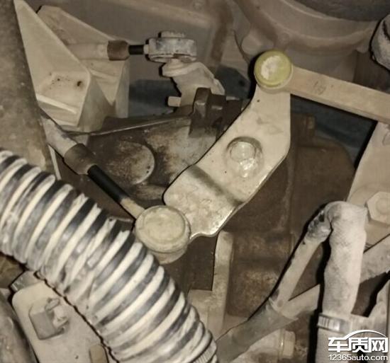 东风标致301变速箱换挡拨叉处油封漏油
