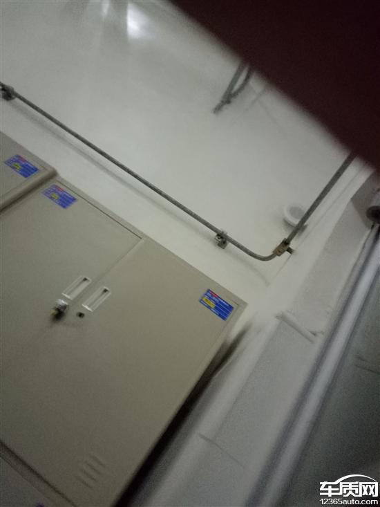 一汽大众宝来排气管上无隔热瓦导致尾箱烤糊