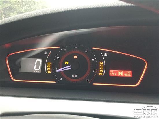 本着支持国货的想法,我于2009年9月购入上汽荣威550s1.8DVVT,该车每天仅上下班代步,至今开了5万公里不到,今年6月中旬开始发现该车ABS防抱死系统故障灯经常亮起。联系了上汽客服,说我的车不在召回范围内,要修需要自己出钱维修。我上网查了好多车友出现类似情况,我从论坛上发现荣威550很多车子都出现这种相同的问题,和上汽召回的车子故障都是一样的问题,上汽为了消除影响,只召回一小部分有问题的车进行敷衍,严重伤害了我支持国货的心,这是严重的欺骗消费者,强烈要求上汽厂家对我的车进行召回解决,谢谢!