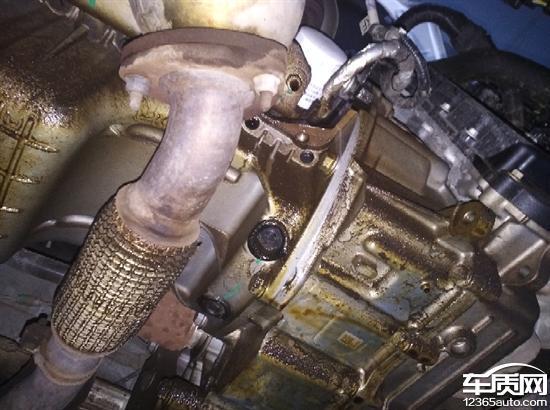 别克英朗机油滤芯漏油导致发动机故障灯常亮高清图片