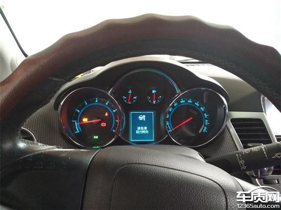 我是2014年1月购买的科鲁兹掀背1.6T旗舰版,使用不到两年接近4万公里的时候,在行驶过程中突发助力转向故障,故障灯亮,助力转向瞬间失灵无法正常行驶。然后停车熄火断电以后,重新启动车辆,故障消失。经联系厂家客服后,2015年11月4S店才给我更换了方向机转向总成。更换以后到现在才行驶了3万多公里,不到2年的时候,2017年9月再次发生同样的故障。到4S店检查后,同样要求再次更换方向机转向总成,并且说已经过了质保期限,一切维修费材料费都需要自费,而且费用高达8千多。2017年10月31日向雪佛兰公司在线