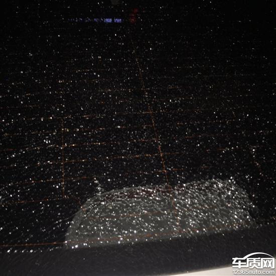北京现代领动后排挡风玻璃突然自爆