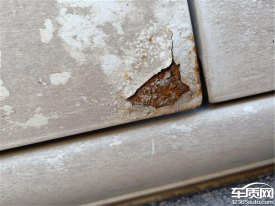 江铃驭胜S350车身生锈严重 车门已经锈穿