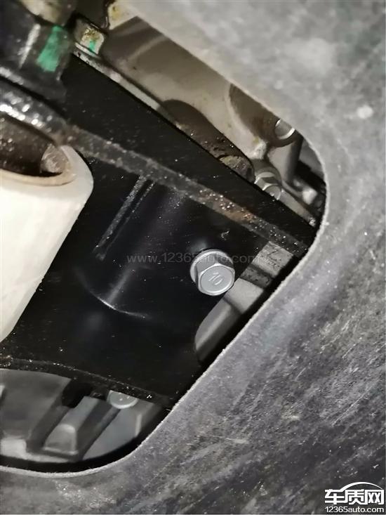 北京现代途胜变速箱与发动机连接处渗油