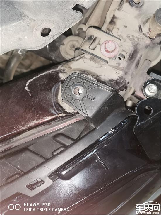 吉利帝豪事故维修后 漆面有灰尘鼓包