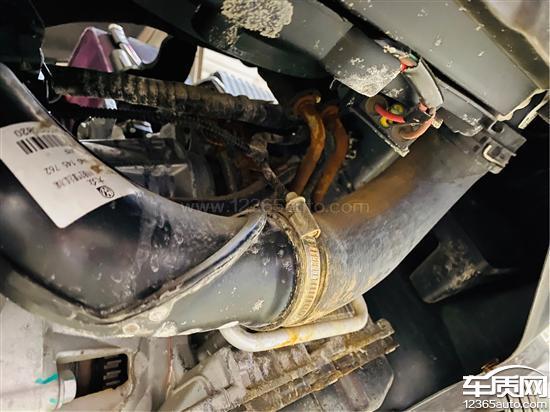 上汽大众途观电瓶漏液导致腐蚀变速箱