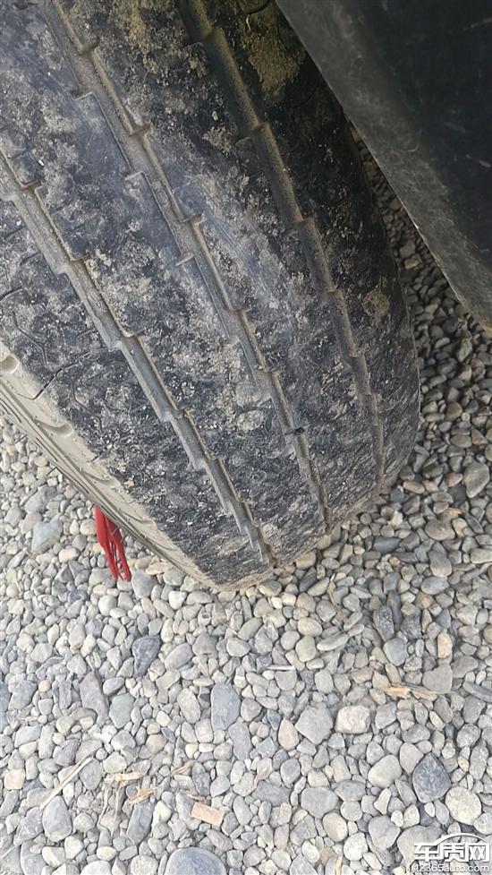 上汽大通MAXUS_V80两前轮胎有吃胎的现象_-_车质网