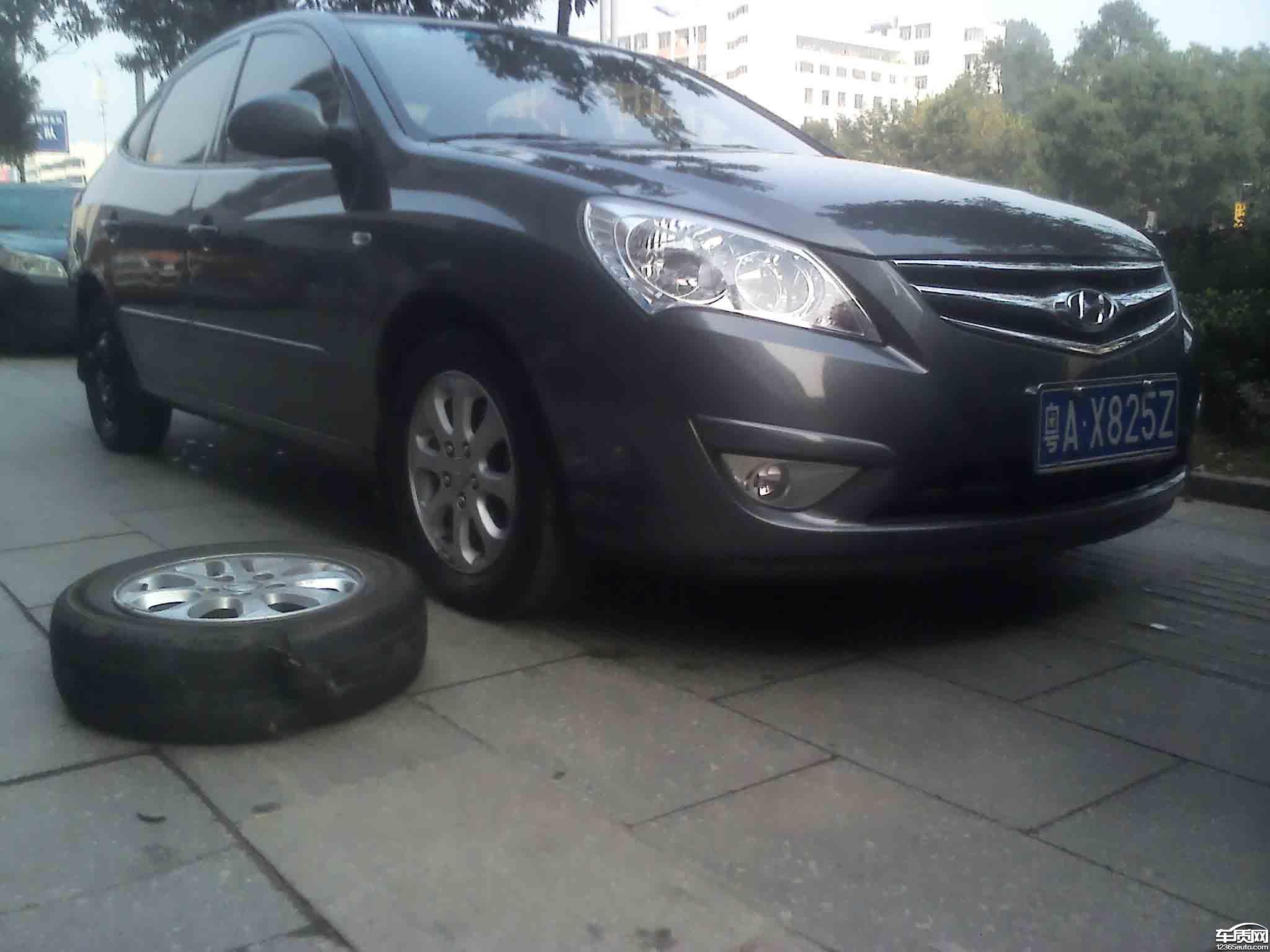 北京现代悦动锦湖轮胎在高速公路上突然爆胎高清图片
