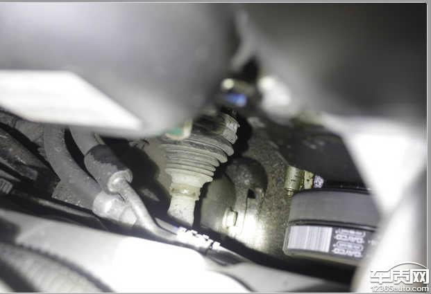 长安福特福克斯新车发动机漏油高清图片